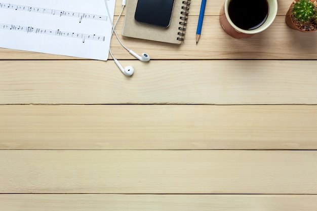 Top Ansicht Notenblatt Hinweis Papier Und Weihnachtsdekoration Auf Holz  Hintergrund Premium Fotos