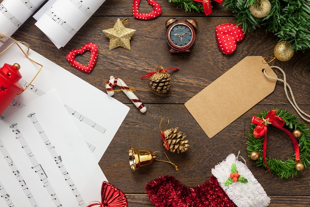 Top-Ansicht Notenblatt Hinweis Papier Und Weihnachtsdekoration Auf