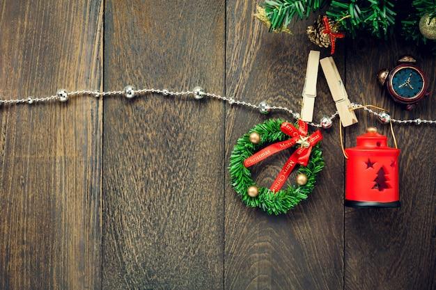 Top-ansicht weihnachtsdekoration, lampe und schmuck wäscheleine auf holztisch hintergrund mit kopie raum. Premium Fotos