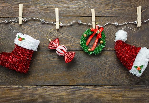 Top-ansicht weihnachtsdekoration und schmuck wäscheleine auf holztisch hintergrund mit kopie raum. Premium Fotos