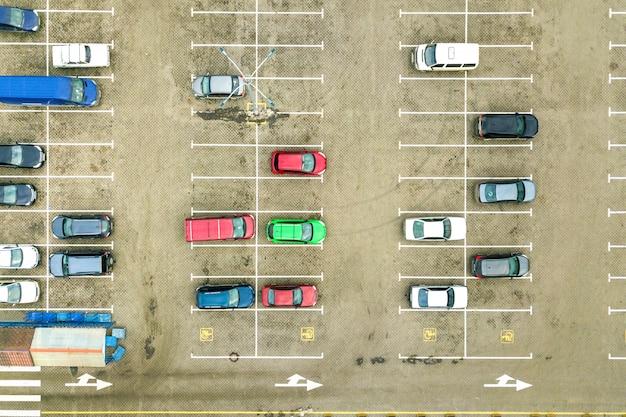 Top-down-luftaufnahme vieler autos auf einem parkplatz des supermarkts oder im verkauf autohändler markt. Premium Fotos