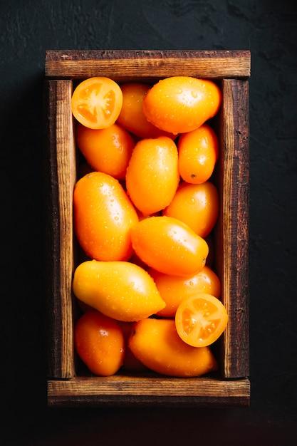 Top legen leckere tomaten in einen korb Kostenlose Fotos