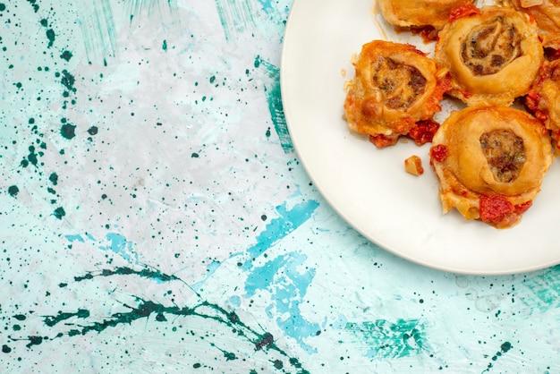 Top nähere ansicht von gekochtem teigmehl mit hackfleisch innerhalb platte auf hell Kostenlose Fotos