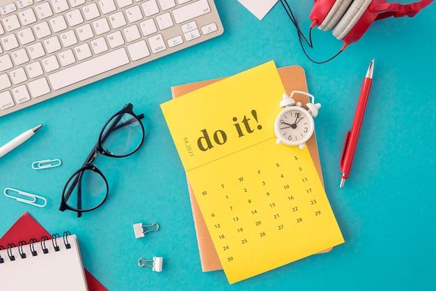 Top view kalender organizer und lesebrille Kostenlose Fotos