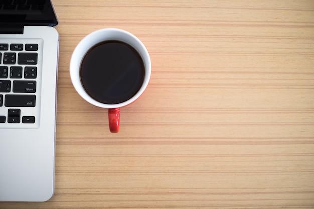 Top view schreibtisch arbeit laptop und kaffeetasse notizblock im home office. Kostenlose Fotos