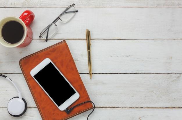 Top View Smartphone und Kopfhörer mit Kaffeetasse Kostenlose Fotos