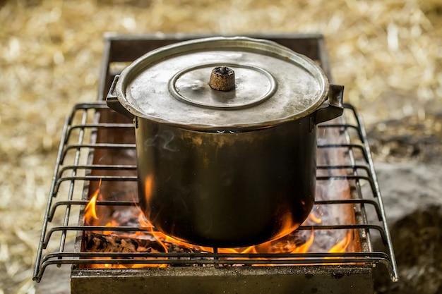 Topf am feuer, das konzept von camping und erholung Kostenlose Fotos