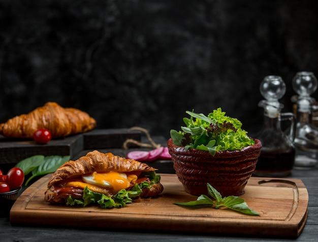 Topf mit kräutern und sandwich Kostenlose Fotos