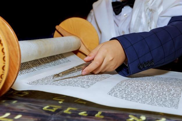 Tora lesen, bar mizwa runter und beten Premium Fotos