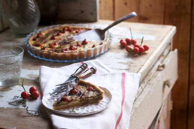Torte gefüllt mit gemüse, quark und sahne. rustikaler stil. Premium Fotos