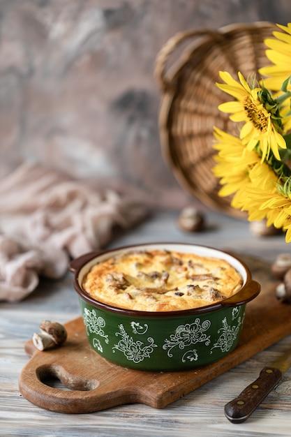 Torte mit pilzen auf holztisch, Premium Fotos