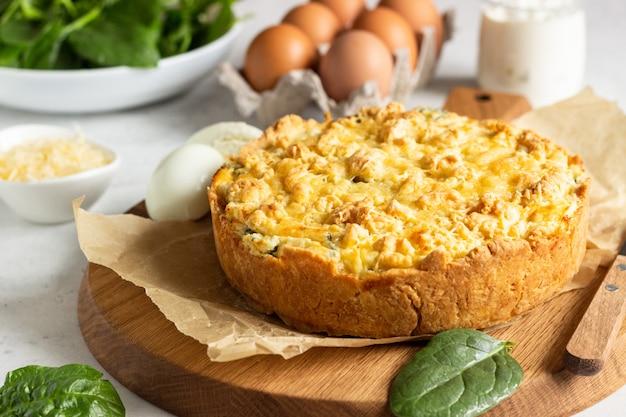 Torte oder torte mit spinat, ricotta und eiern. Premium Fotos