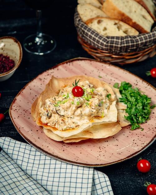 Tortilla-cremesalat gefüllt und mit kräutern garniert Kostenlose Fotos