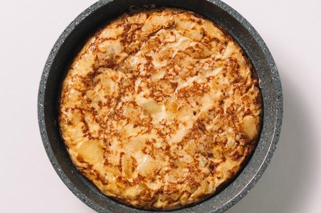Tortilla de patatas auf weißem, typisch spanischem teller Premium Fotos