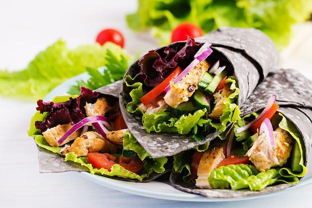 Tortilla mit tintenfisch mit hühnchen und gemüse Kostenlose Fotos