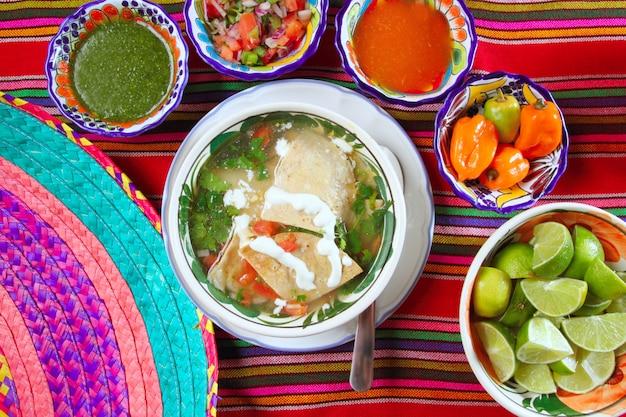 Tortillasuppe und mexikanische chili-habanero-saucen Premium Fotos
