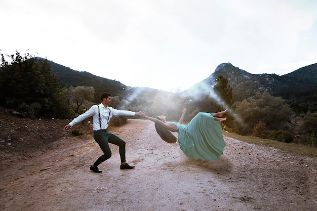 Totale mann hält schwebende frau Kostenlose Fotos