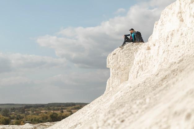 Totale reisende sitzen auf dem berg Kostenlose Fotos