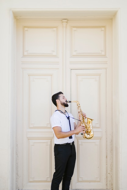 Totale seitwärts musiker spielt saxophon Kostenlose Fotos