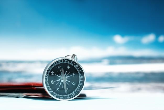 Tourismus mit reisepass, tickets und kompass Premium Fotos