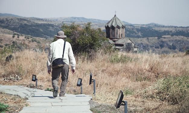 Tourist besucht die vahramashen kirche. armenien Premium Fotos