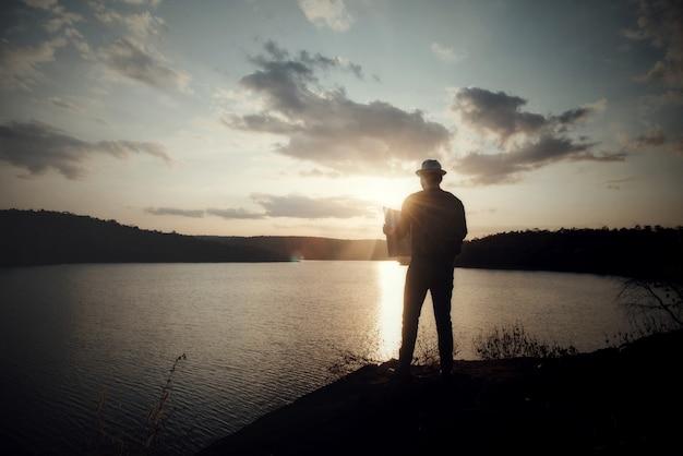 Tourist, der foto der natur macht Kostenlose Fotos