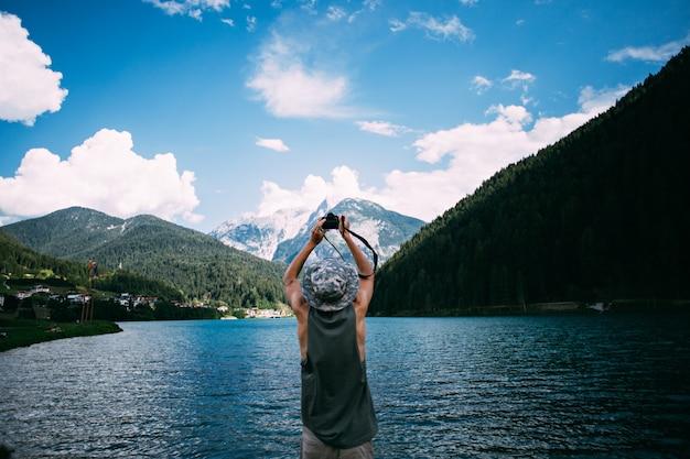 Tourist, der fotos der naturlandschaft mit seinem smartphone macht Kostenlose Fotos