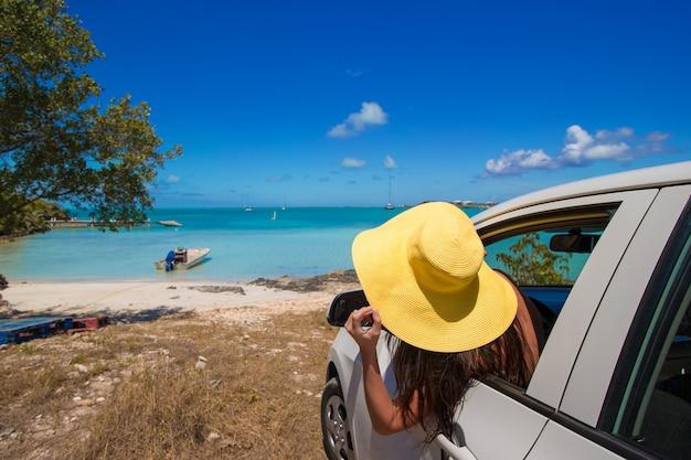 Tourist der jungen frau, der auf sommerferien genießt Premium Fotos