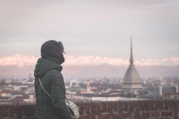 Tourist, der panoramablick von turin (turin, italien) vom balkon oben betrachtet Premium Fotos
