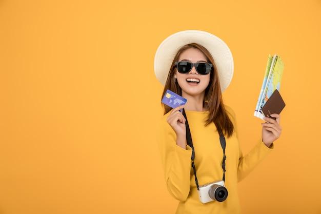 Tourist des asiaten des reisenden im gelben kleid der zufälligen kleidung des sommers mit hut Premium Fotos