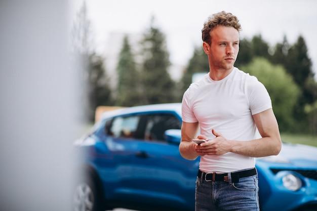 Tourist des gutaussehenden mannes, der ein auto kauft Kostenlose Fotos