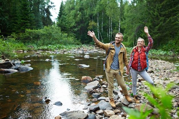 Touristen am fluss Kostenlose Fotos