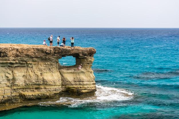 Touristen besuchten eine der beliebtesten sehenswürdigkeiten - sea caves Premium Fotos