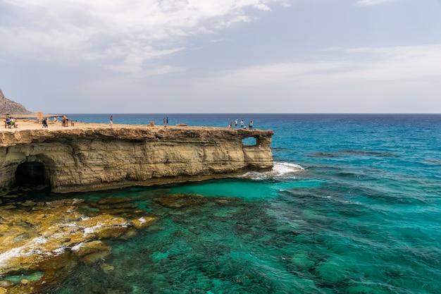 Touristen besuchten eine der beliebtesten sehenswürdigkeiten sea caves Premium Fotos