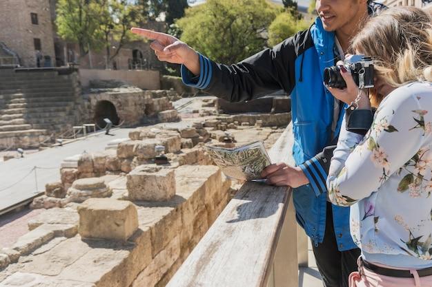 Touristen, das foto des römischen denkmals Kostenlose Fotos