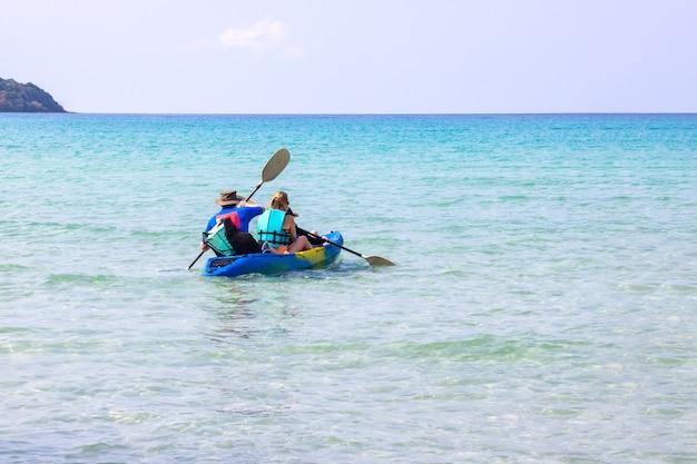 Touristen, die seeschönen bereich ao knall bao in koh kood-insel trat, thailand kayak fahren. Premium Fotos