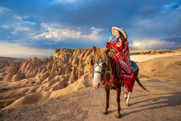 Touristen genießen reitpferde in kappadokien, türkei Kostenlose Fotos
