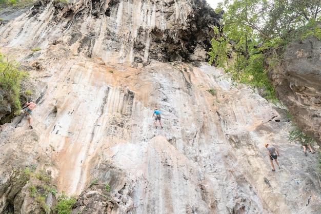 Touristen klettern klippen in railay bay, krabi. Premium Fotos