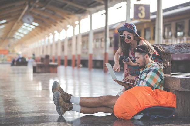 Touristen, paare, die tabletten betrachten, um anziehungskräfte zu finden. Kostenlose Fotos