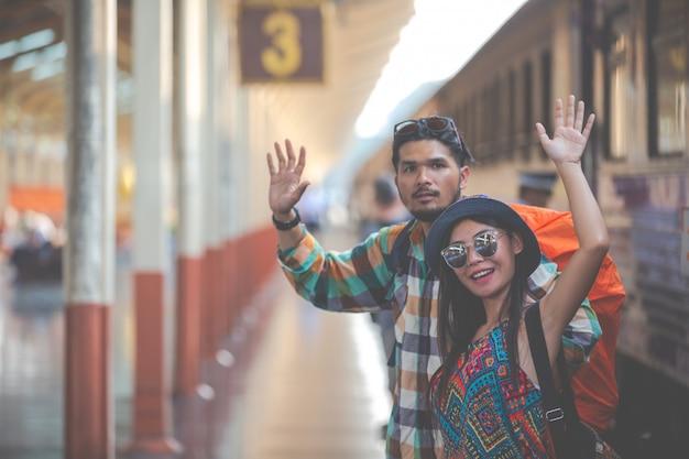 Touristen reisen zum bahnhof. Kostenlose Fotos