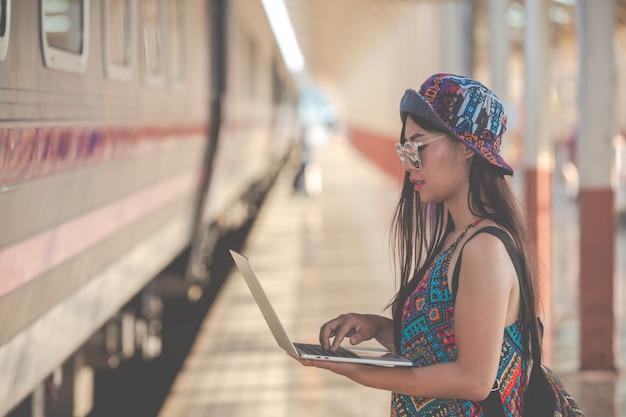 Touristen schauen auf das tablet, um nach touristenattraktionen zu suchen. Kostenlose Fotos