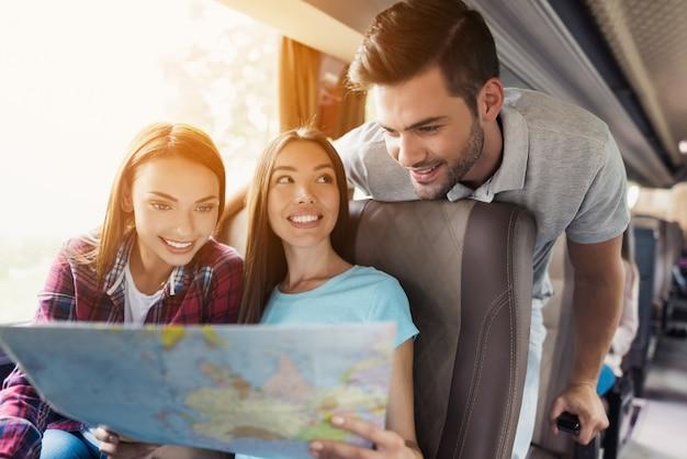 Touristen schauen auf die karte und wählen, wohin sie als nächstes gehen möchten. Premium Fotos