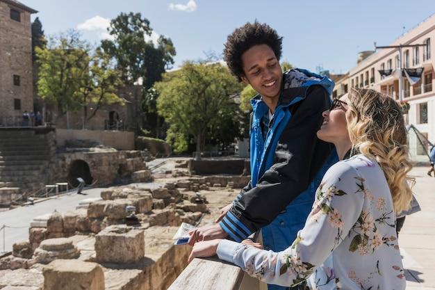 Touristen vor dem denkmal an einem sonnigen tag Kostenlose Fotos