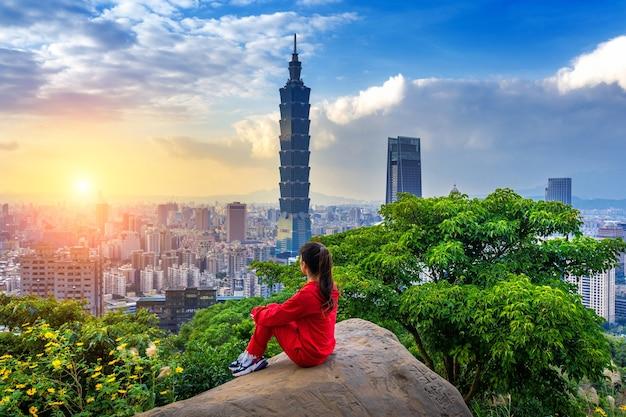 Touristenfrau, die blick auf berge in taipei, taiwan genießt. Kostenlose Fotos