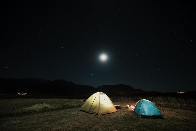 Touristenzelte im lager zwischen wiese in den nachtbergen Kostenlose Fotos