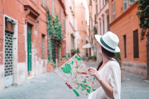 Touristische frau der reise mit karte in prag draußen während der feiertage in europa, Premium Fotos