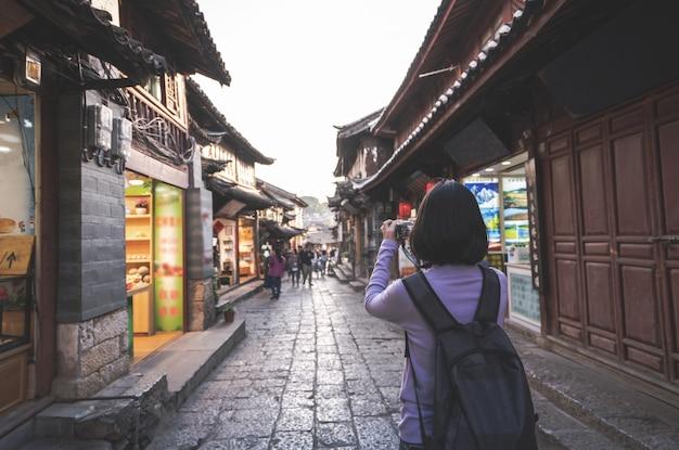 Touristische frau im urlaub, die foto auf der kamera macht Premium Fotos