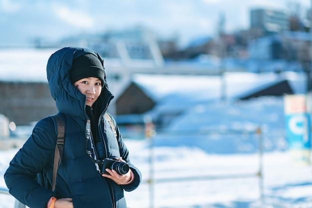 Touristische frau in der wintersaison Premium Fotos