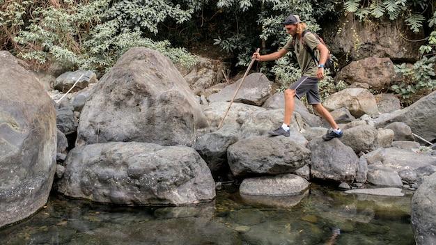 Touristische spaziergänge auf dem stein Kostenlose Fotos