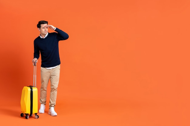 Touristischer mann mit dem gepäck bereit zur reise, die weg schaut Premium Fotos